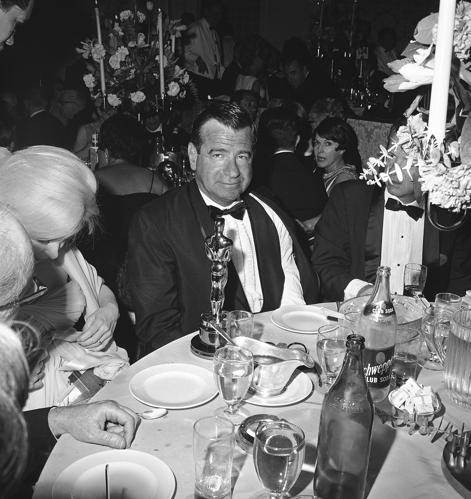 Walter Matthau, junto al Oscar recibido por su papel en 'The Fortune Cookie' en 1967 (AP/ Foto:David Smith).